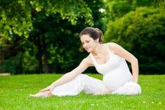 Ejercicio hermoso de la mujer embarazada Imagenes de archivo