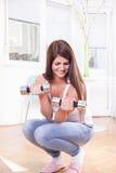 Ejercicio lindo de la muchacha con pesas de gimnasia Fotos de archivo libres de regalías