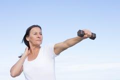 Ejercicio maduro sano confiado de la mujer al aire libre Imagen de archivo libre de regalías