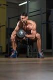 Ejercicio masculino de Doing Heavy Weight del atleta para el bíceps Foto de archivo