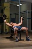 Ejercicio masculino de Doing Heavy Weight del atleta para el pecho Imágenes de archivo libres de regalías
