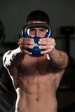 Ejercicio muscular de los hombres con KettleBell Foto de archivo libre de regalías