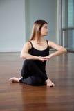 Ejercicio practicante de la yoga de la mujer imagen de archivo