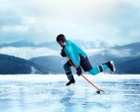 Ejercicio profesional del jugador de hockey en el lago congelado Imagen de archivo libre de regalías