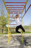 Ejercicio rubio joven de la mujer en el parque foto de archivo libre de regalías