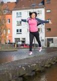 Ejercicio urbano del deporte de la mujer imagenes de archivo