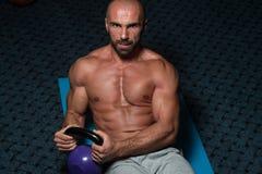 Ejercicios abdominales con el entrenamiento del levantamiento de pesas de Kettlebell Fotos de archivo libres de regalías