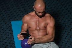 Ejercicios abdominales con el entrenamiento del levantamiento de pesas de Kettlebell Fotografía de archivo