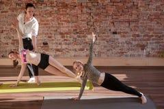 Ejercicios de la gimnasia Forma de vida sana de los niños Foto de archivo