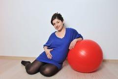 Ejercicios de la mujer embarazada imagen de archivo