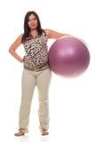 Ejercicios de la mujer embarazada con la bola gimnástica Fotografía de archivo libre de regalías