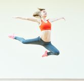Ejercicios de salto de la aptitud de los aeróbicos Imagen de archivo libre de regalías