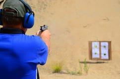 Ejercicios de tiro de la pistola con el auto 45 fotografía de archivo libre de regalías