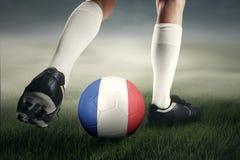 Ejercicios del jugador de fútbol con la bola en el campo Foto de archivo libre de regalías