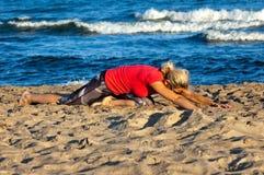 Ejercicios en la playa foto de archivo libre de regalías