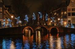 Ejercicios gimnásticos de una figura ligera en un puente Imagen de archivo