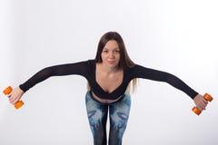Ejercicios hermosos sanos activos de la muchacha con pesas de gimnasia Fotografía de archivo libre de regalías