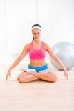 Ejercicios practicantes concentrados de la yoga de la muchacha Imagen de archivo