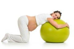 Ejercicios practicantes de la mujer embarazada con la bola del ajuste Imagen de archivo libre de regalías