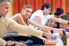 Ejercicios que estiran aerobios en la gimnasia Imagenes de archivo