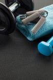Ejercite en el gimnasio con el levantamiento de pesas y dé el apretón, copie el espacio Imagen de archivo libre de regalías