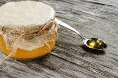 Ejerza la actividad bancaria con la miel en un fondo de madera gris Vista lateral Imagen de archivo