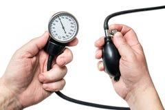 Ejerza presión sobre la medida con el tonometer, presión normal de la salud fotografía de archivo libre de regalías