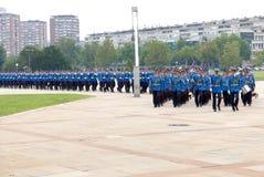 Ejército honorario de las unidades de los guardias de Serbia que marcha en la meseta Fotografía de archivo libre de regalías
