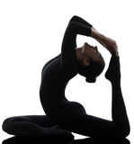 Eka Pada Rajakapotasana en lagd benen på ryggen yogakvinna för konung Pigeon Pose Arkivbilder