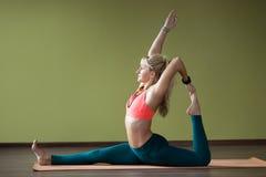 Eka Pada Rajakapotasana yoga poserar Royaltyfria Bilder