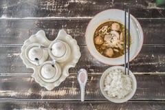 Ekaehla e o arroz ajustaram-se na tabela de madeira brilhante Imagens de Stock Royalty Free