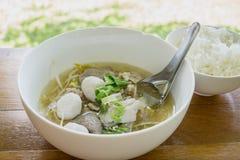 Ekaehla Thailands traditionelle Rindfleischsuppe und gekochter Reis auf der woodden Tabelle Lizenzfreie Stockbilder