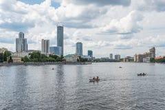 Ekaterimburgo, Rusia - 11 de junio de 2016: Vista del embank del muelle del muelle Foto de archivo libre de regalías