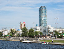 Ekaterimburgo, Rusia - 11 de junio de 2016: Vista del embank del muelle del muelle Imagen de archivo libre de regalías