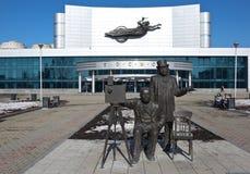 EKATERIMBURGO, RUSIA - 19 DE MARZO DE 2015: Foto del monumento Lumière antes de un teatro del cine imagen de archivo
