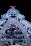 Ekaterimburgo, Rusia - enero, 15,2017: El árbol de navidad hecho del hielo está permaneciendo en el cuadrado de 1905 de noche del Fotografía de archivo