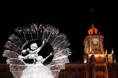 Ekaterimburgo, Rusia - enero, 15,2017: Escultura de hielo en el fondo ayuntamiento contra el cielo nocturno negro Foto de archivo