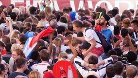 Ekaterimburgo, Rusia - junio de 2018: El mundial de la FIFA 2018 muchas fans de diversos equipos de fútbol nacionales se está col almacen de video