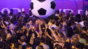 Ekaterimburgo, Rusia - junio de 2018: Gente en un concierto en el lanzamiento al aire libre en los teléfonos En el concierto cerr almacen de metraje de vídeo