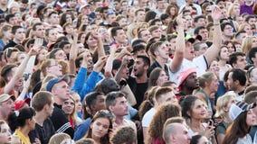 Ekaterimburgo, Rusia - junio de 2018: Gente en zona de la fan en el mundial en Rusia Los fans animan para su equipo en el 2018 metrajes