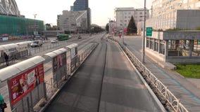 Ekaterimburgo, Rusia - junio de 2018: Transporte urbano existencias Metr?poli moderna con la intersecci?n del tr?fico metrajes
