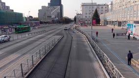 Ekaterimburgo, Rusia - junio de 2018: Transporte urbano existencias Metr?poli moderna con la intersecci?n del tr?fico almacen de video