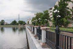 Ekaterimburgo, Rusia - junio, 21,2017: Terraplén de la charca de la ciudad con vista de la torre inacabada de la TV en día de ver Foto de archivo libre de regalías