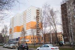 Ekaterimburgo, Rusia - pueden, 08,2018: Vista al parador del estudiante de la universidad federal de Ural en la calle de Komsomol Imagen de archivo