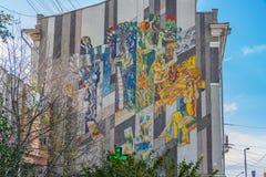 Ekaterimburgo, Sverdlovsk Rusia - 10 04 2018: El mosaico único las estaciones en el extremo del edificio residencial en la calle  fotografía de archivo libre de regalías