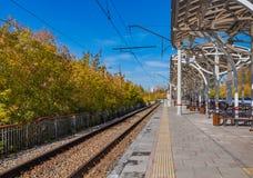 Ekaterimburgo, Sverdlovsk Rusia - 10 04 2018: El nuevo ferrocarril del ferrocarril ruso en otoño fotografía de archivo