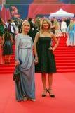 Ekaterina Gordon (l) en Ekaterina Arkharova (r) bij de Filmfestival van Moskou Stock Afbeelding