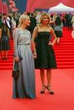 Ekaterina Gordon (l) en Ekaterina Arkharova (r) bij de Filmfestival van Moskou Stock Afbeeldingen