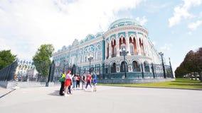 Ekaterinburg,俄罗斯- 2018年6月:青少年的小组看法与站立在美丽历史附近的国旗的 影视素材