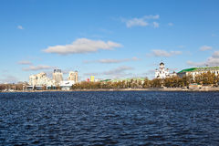 EKATERINBURG,俄罗斯- 2015年10月21日:城市池塘的堤防的看法照片  库存照片
